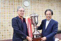 優勝した中岡さん(左)と寺本会頭