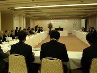 総会で挨拶する片山会長