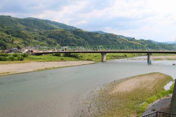 公園から橋本橋を望む