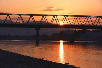 橋本橋と紀の川をバックに沈む夕日