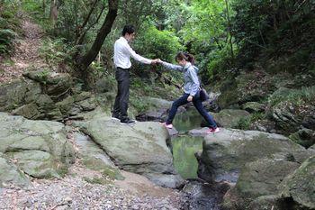 飛び越え石を渡ります