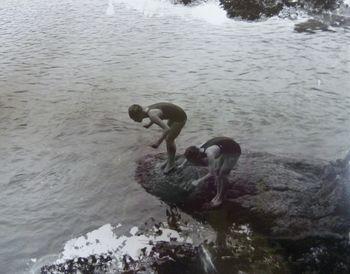 飛び込み岩から飛び込む前畑さん(左)